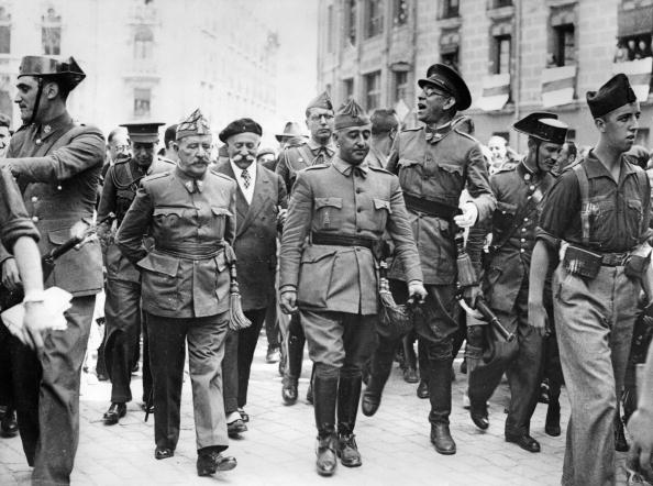 スペイン「General Francisco Franco, commander in the south, is visiting the headquater of the Northern Front in Burgos. F.l.t.r.: General Cavalcanti, General Francisco Franco Bahamonde and the Nationalist commander in the north General Emilio Mola Vidal (with glass」:写真・画像(16)[壁紙.com]