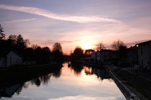 Nouvelle-Aquitaine「Sunset over Sevre Niortaise river, Deux-Sevres, France」:スマホ壁紙(9)