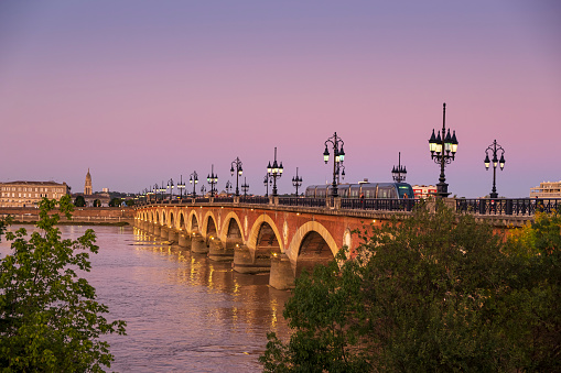 Nouvelle-Aquitaine「Sunset over Pont de Pierre Bridge in City of Bordeaux with Tram」:スマホ壁紙(10)