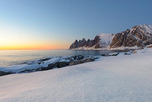 雪山「冬のノルウェー北部の Okshornan 山脈に沈む夕日」:スマホ壁紙(5)