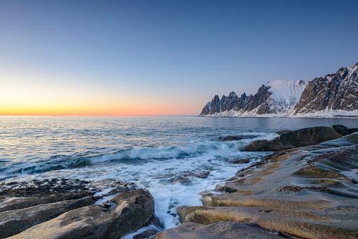 ビーチ「冬のノルウェー北部の Okshornan 山脈に沈む夕日」:スマホ壁紙(4)