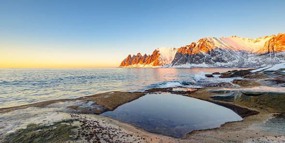 ビーチ「冬のノルウェー北部の Okshornan 山脈に沈む夕日」:スマホ壁紙(3)