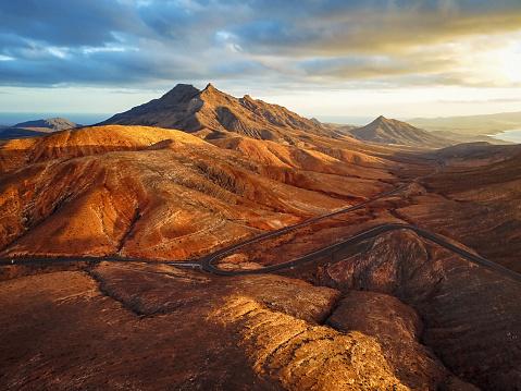 Mountain Road「Sunset over desert landscape of Fuerteventura in Mirador de Sicasumbre, Canary islands」:スマホ壁紙(17)