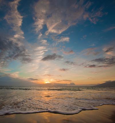 オアフ島「Sunset over ocean waves at beach」:スマホ壁紙(8)