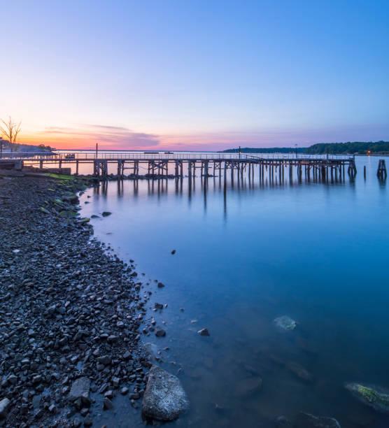 Sunset over an empty fishing pier and boat basin.:スマホ壁紙(壁紙.com)