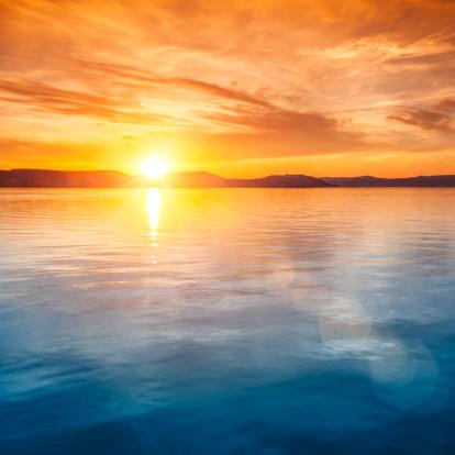 夕焼け 海「夕暮れ時の水上バンガロー」:スマホ壁紙(6)