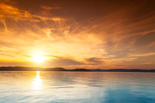 島「夕暮れ時の水上バンガロー」:スマホ壁紙(7)