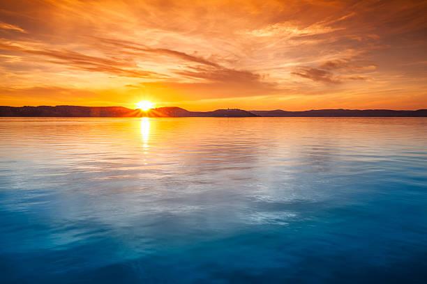 Sunset over water:スマホ壁紙(壁紙.com)