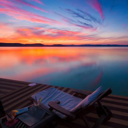 自然美「夕暮れ時の水上バンガロー」:スマホ壁紙(5)