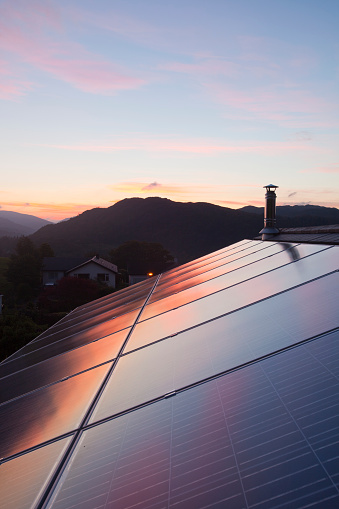 Chemical「Sunset over a house in Ambleside, Lake District UK, with a 3.8 Kw solar panel system on the roof.」:スマホ壁紙(11)