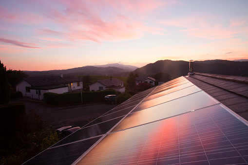 Solar Energy「Sunset over a house in Ambleside, Lake District UK, with a 3.8 Kw solar panel system on the roof.」:スマホ壁紙(12)