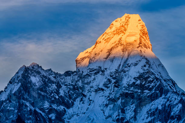 Sunset over beautiful Mount Ama Dablam in Himalayas, Nepal:スマホ壁紙(壁紙.com)