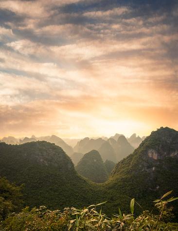 Pacific Ocean「Sunset Over A Karst Landscape On Cat Ba Island In Vietnam」:スマホ壁紙(18)