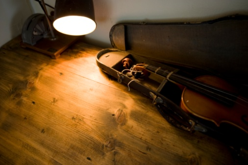 Desk Lamp「A Violin in a Case on Wooden Floorboards」:スマホ壁紙(13)