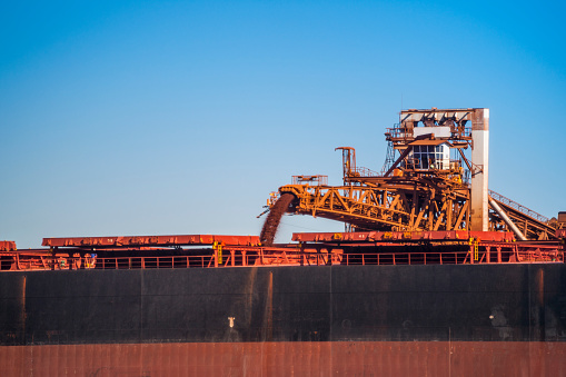 乗り物・交通「Loading Berthed Iron Ore Ship, Port Hedland, Western Australia, Australia」:スマホ壁紙(19)