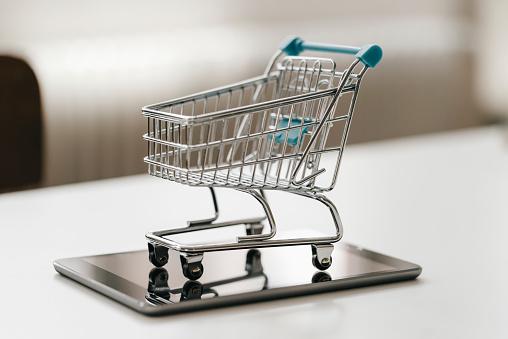 Online Shopping「Empty mini shopping cart on tablet」:スマホ壁紙(15)