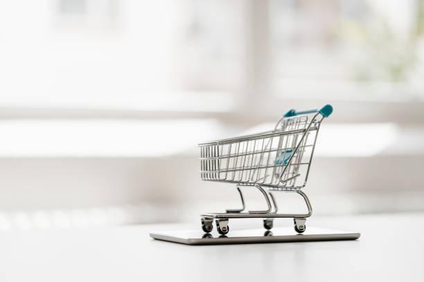 Empty mini shopping cart on tablet:スマホ壁紙(壁紙.com)