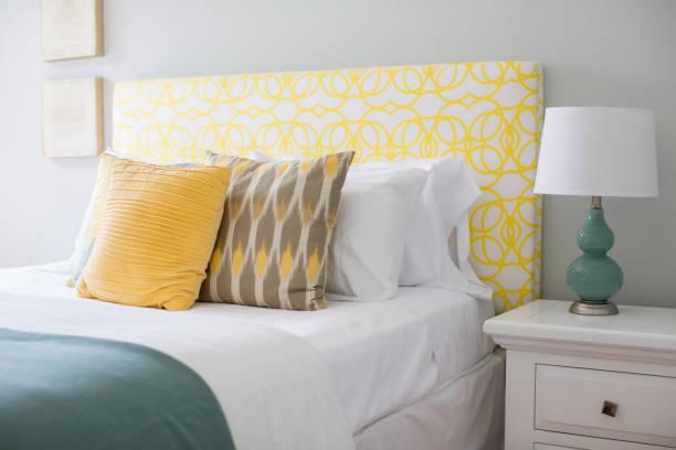 Bed and nightstand in modern bedroom:スマホ壁紙(壁紙.com)