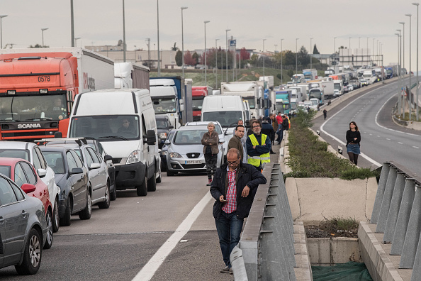 Roadblock「Regional Strike Takes Place Against The Prison Detention Of The Ousted Catalonian Government」:写真・画像(6)[壁紙.com]