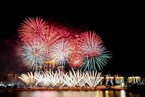 Firework - Explosive Material「Large fireworks over city night sky」:スマホ壁紙(12)