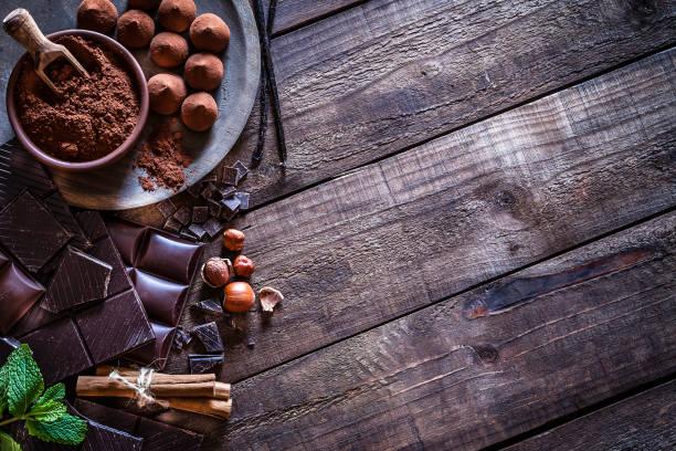 Chocolate frame on rustic wooden table:スマホ壁紙(壁紙.com)