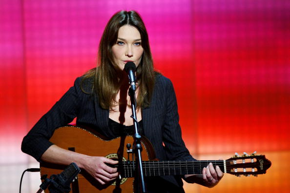 楽器「Carla Bruni At 'Che Tempo Che Fa'」:写真・画像(9)[壁紙.com]