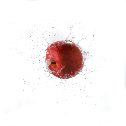 Splashing「Red Apple Splashing Water」:スマホ壁紙(12)