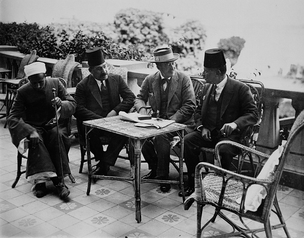 Furniture「Lord Carnarvon With Egyptian Officials Luxor Egypt 1922」:写真・画像(0)[壁紙.com]