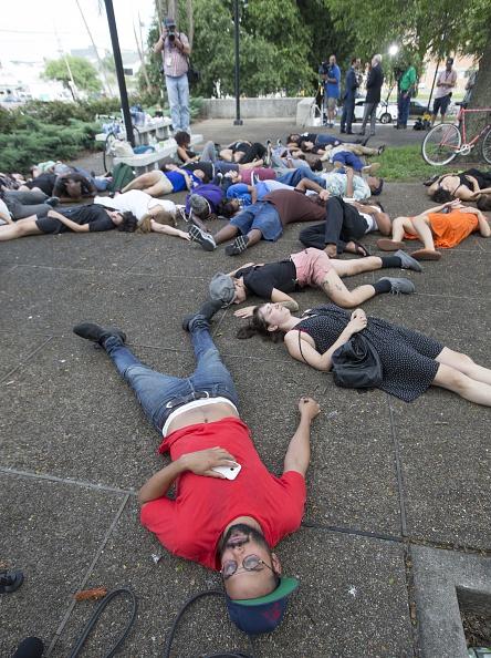 Mark Wallheiser「Demonstrators Stage Die In Protest In New Orleans Over Recent Shootings」:写真・画像(10)[壁紙.com]