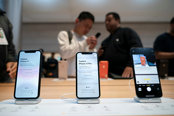iPhone「Consumers Line Up As Apple's iPhone 11 Goes On Sale In Stores」:写真・画像(2)[壁紙.com]