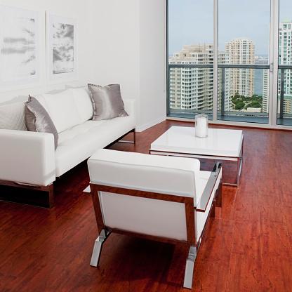 見渡す「Sofas, coffee table and window overlooking high rise buildings in modern living room」:スマホ壁紙(16)