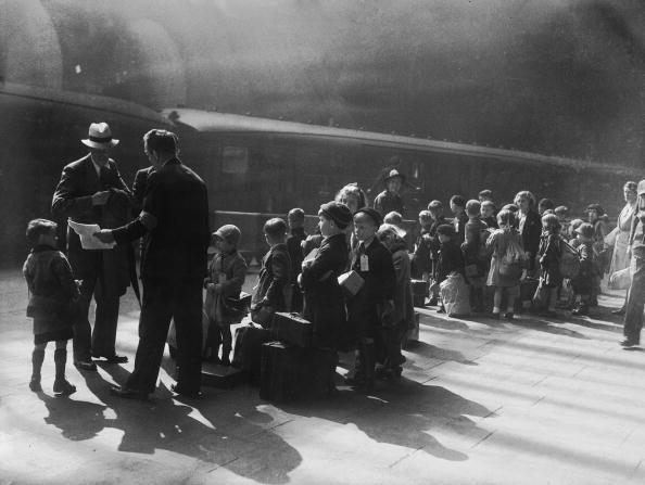 Waiting「Evacuees Leave Liverpool」:写真・画像(0)[壁紙.com]