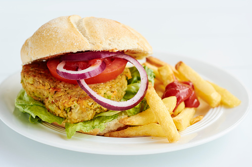 Veggie Burger「Veggi burger, broccoli, carrots, chickpeas, onions, served with french fries and ketchup」:スマホ壁紙(9)