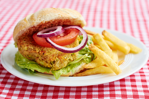 Veggie Burger「Veggi burger, broccoli, carrots, chickpeas, onions, served with French fries and ketchup」:スマホ壁紙(19)