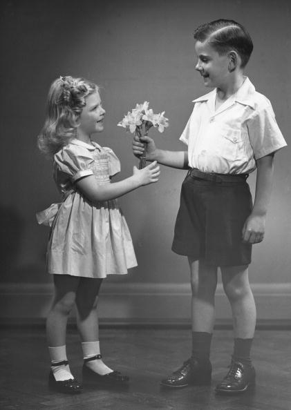 flower「Boy giving flowers to girl」:写真・画像(8)[壁紙.com]