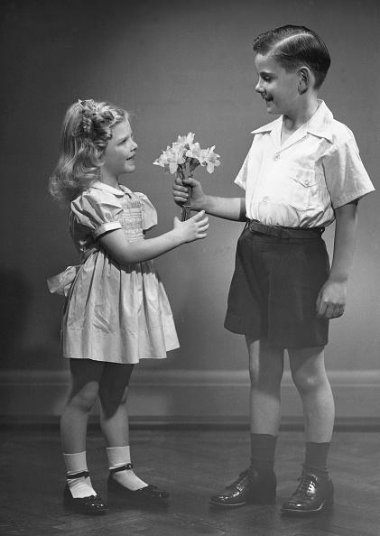 花「Boy giving flowers to girl」:写真・画像(9)[壁紙.com]