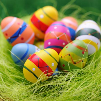 イースター「カラフルなイースター卵の巣緑の背景」:スマホ壁紙(13)