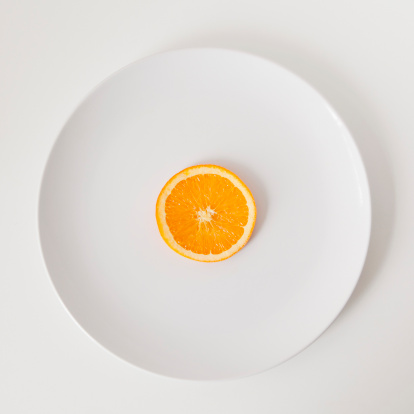 Plate「Slice of orange on plate, studio shot」:スマホ壁紙(2)