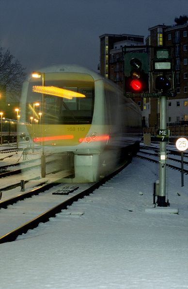Road Signal「A Chiltern Trains Class 168 Turbostar DMU trainset leaves the protection of Marylebone station to face the bitter wintry conditions as it heads northwards to Birmingham Snow Hill.」:写真・画像(7)[壁紙.com]