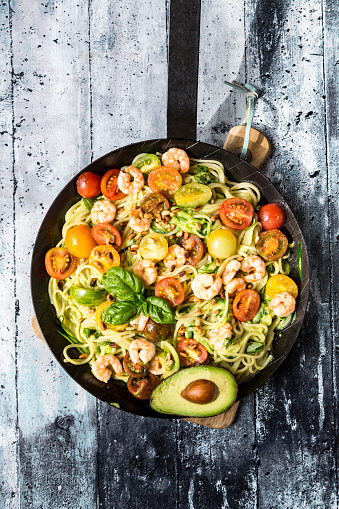 Pine Nut「Frying pan of spaghetti with zoodles, guacamole, tomatoes and shrimps」:スマホ壁紙(19)
