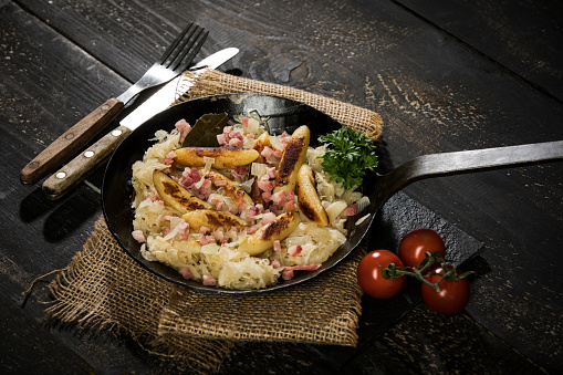 Sauerkraut「Frying pan of finger-shaped potato dumplings with sauerkraut and bacon on jute」:スマホ壁紙(15)