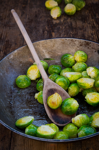 Cabbage「Frying pan with Brussels sprouts and cooking spoon on dark wood」:スマホ壁紙(4)