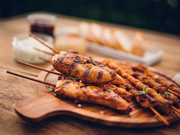 Wooden platter of barbecued bacon twists and chicken:スマホ壁紙(壁紙.com)