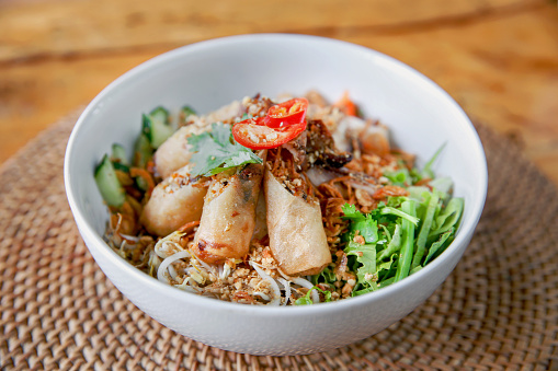 Vietnamese Cuisine「Vietnamese vermicelli noodle topped with fried spring roll」:スマホ壁紙(17)