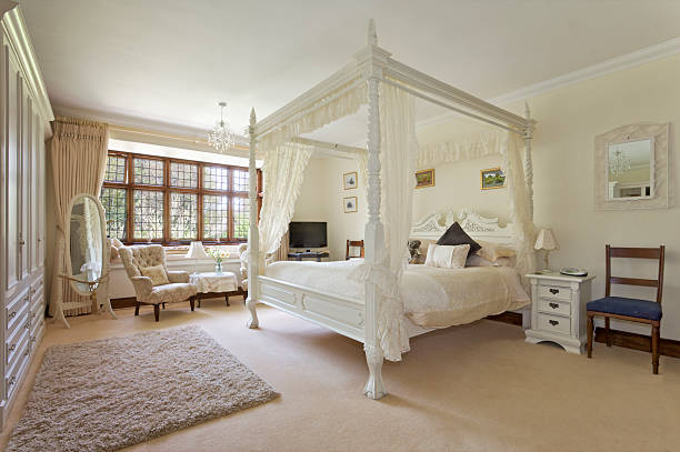 White four-poster bed in large neutral-colored bedroom:スマホ壁紙(壁紙.com)