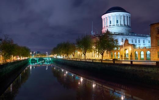 Dublin - Republic of Ireland「Dublin river liffey and court house illuminater at night」:スマホ壁紙(7)