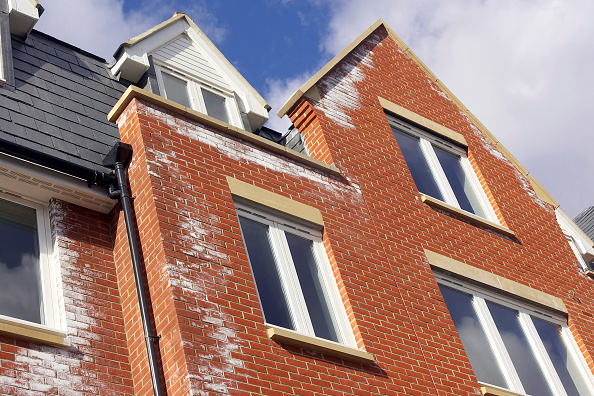 Powder Snow「A white powdery deposit, called efflorescence is common on new brick walls. It is caused by salts in the bricks reacting with rain-water as soluble salts are transported to the surface of the brickwork by water. Persistent efflorescence should be taken a」:写真・画像(6)[壁紙.com]