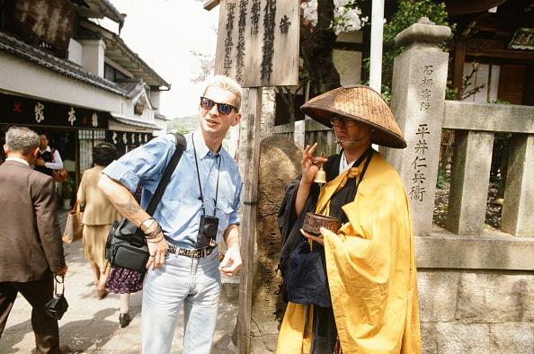 京都府「Depeche Mode David Gahan And A Monk At Kiyomizu Temple In Higashiyama Kyoto」:写真・画像(1)[壁紙.com]