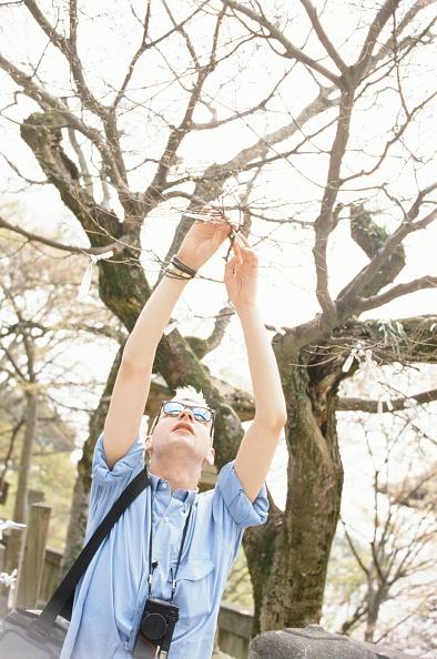 京都府「Depeche Mode David Gahan Tying Paper Fortune On A Tree At Kiyomizu Temple In Higashiyama Kyoto」:写真・画像(7)[壁紙.com]