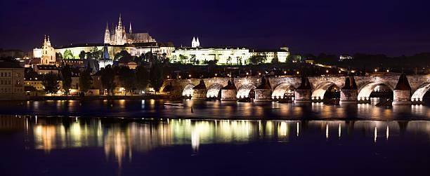 Prague Castle, Saint Vitus Cathedral and Charles Bridge at dusk, Prague, Czech Republic:スマホ壁紙(壁紙.com)